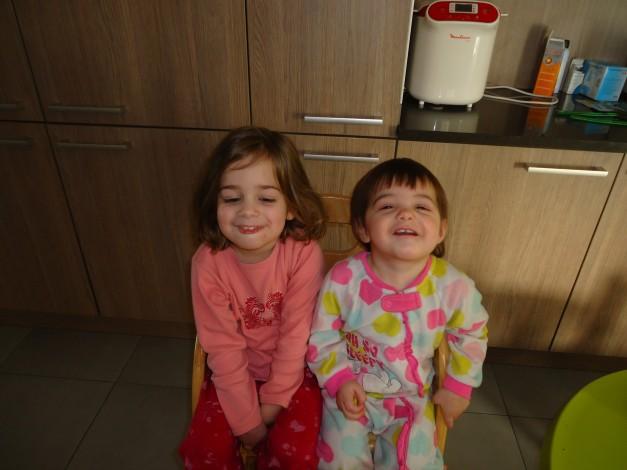 Hannah en Anouk lachend in pyjama